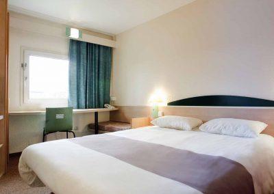 Ibis-Bamberg-Altstadt-Standardzimmer-Doppelbett-Fensteransicht
