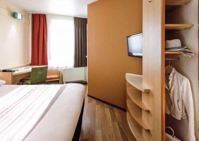 Ibis-Bamberg-Altstadt-Standardzimmer-Doppelbett-Schrank